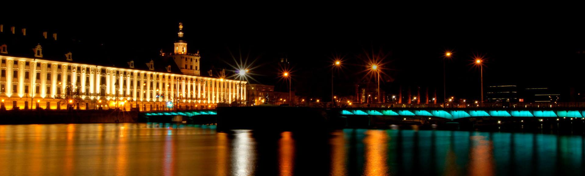 Uniwersytet Wrocławski nocą, widok z wyspy Słodowej