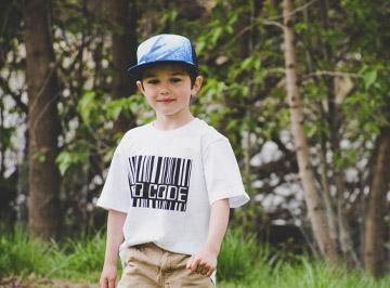 Chłopiec w koszulce z kodem kreskowym