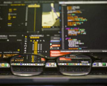 Fragmenty kodu na monitrach